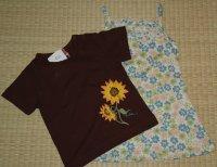 ひまわり柄のTシャツと花柄のワンピース