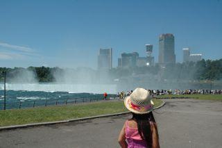 Canadian Fallsを眺める花子のうしろ姿