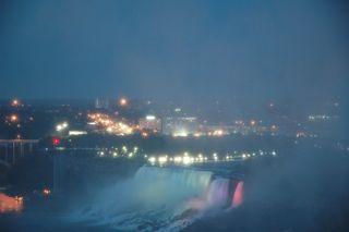 ライトアップされたAmerican Falls