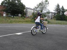 颯爽と自転車を漕ぐ花子