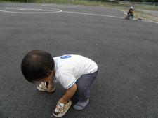 後ろで転ぶお姉ちゃんを見向きもせず,靴遊びに夢中な次郎